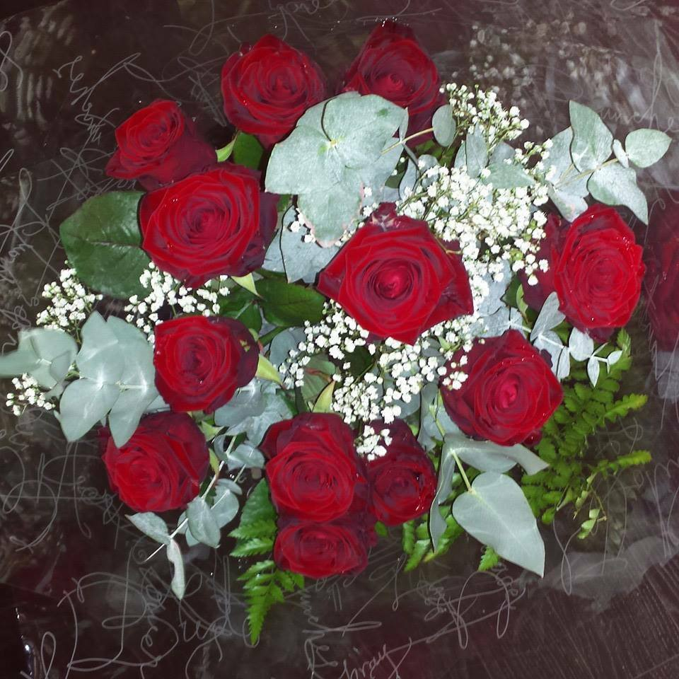 12 red valentines roses